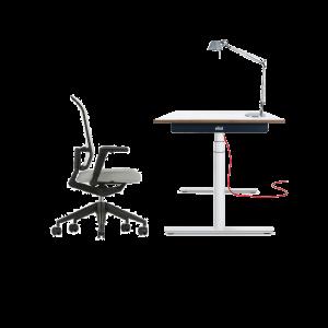 Höhenverstellbarer Tisch mit ergonomischem Stuhl und Tischlampe
